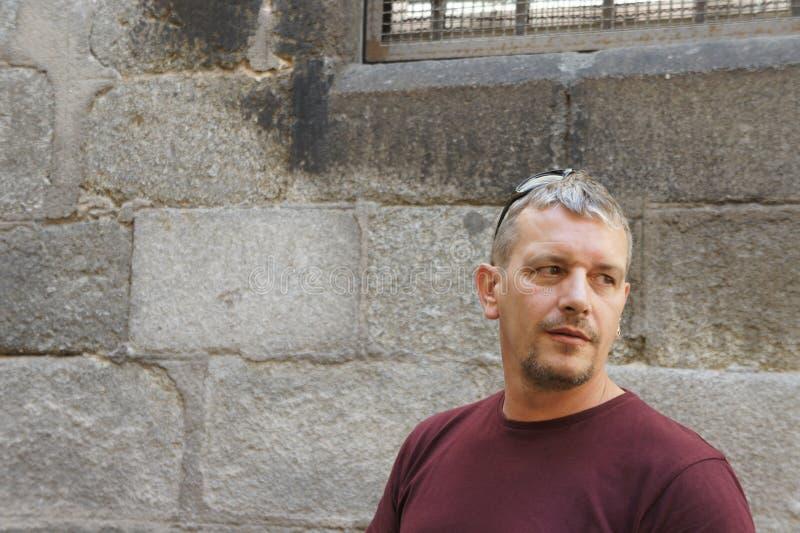 Homme avec la barbichette regardant en arrière photo stock