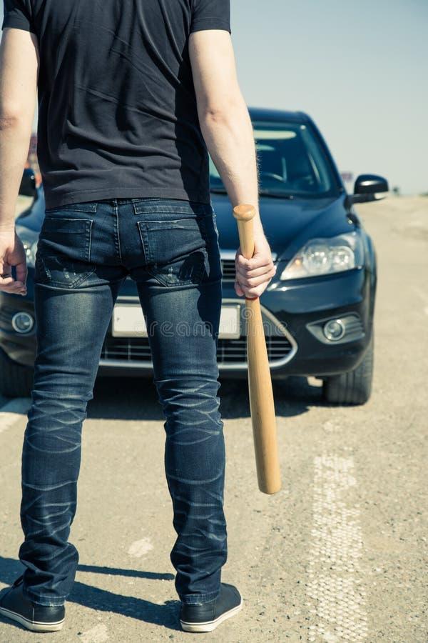 homme avec la batte de baseball sur la route photo stock image du troupe armes 82532156. Black Bedroom Furniture Sets. Home Design Ideas