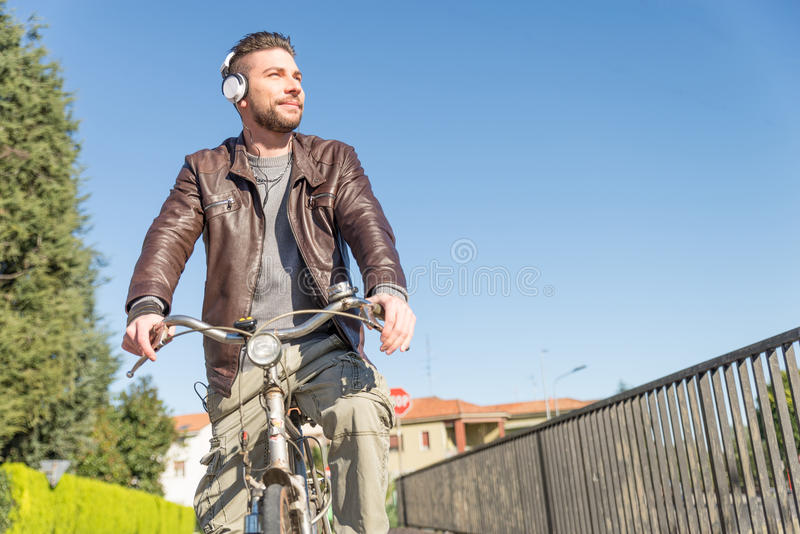 Homme avec la bicyclette marchant dehors images stock