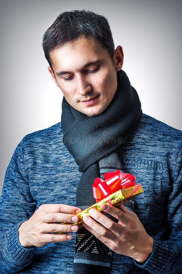 Homme avec la boîte-cadeau de Noël image stock