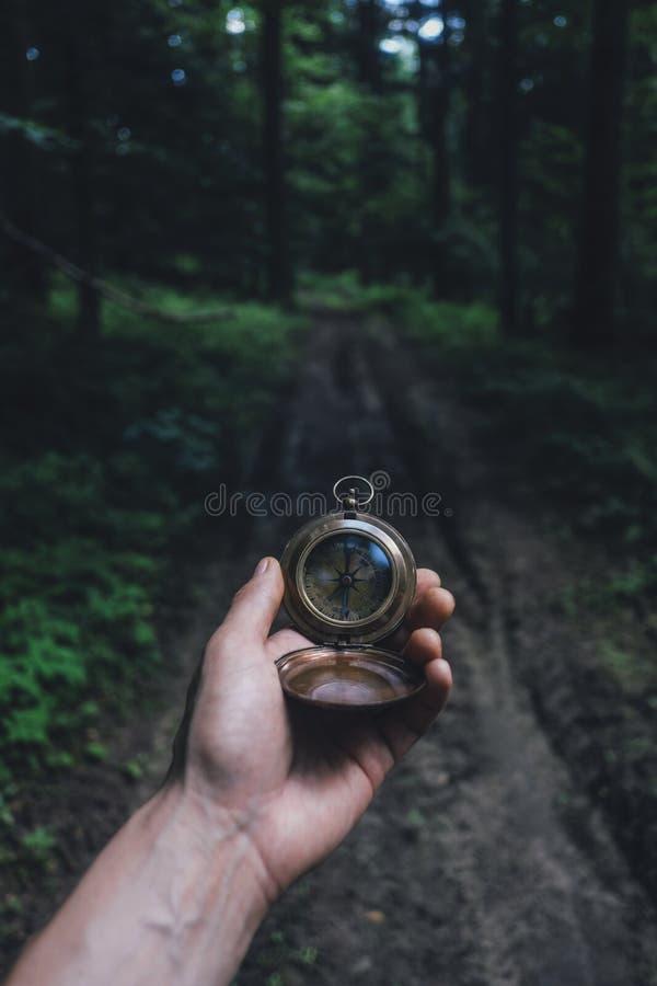 Homme avec la boussole à disposition photographie stock