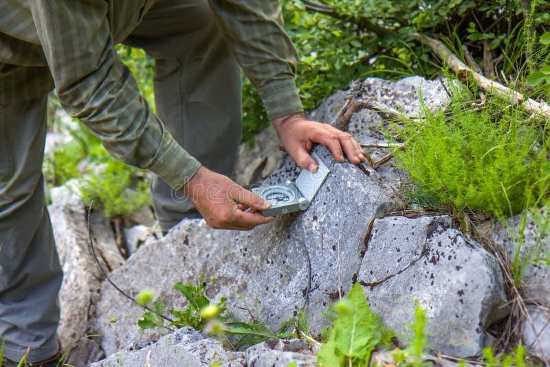 Homme avec la boussole géologique photo stock