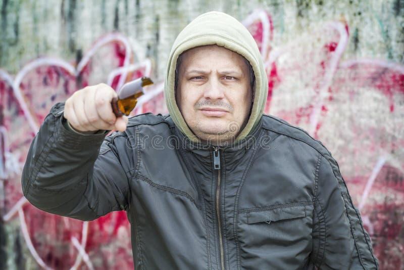 Homme avec la bouteille à bière en verre cassée photos libres de droits