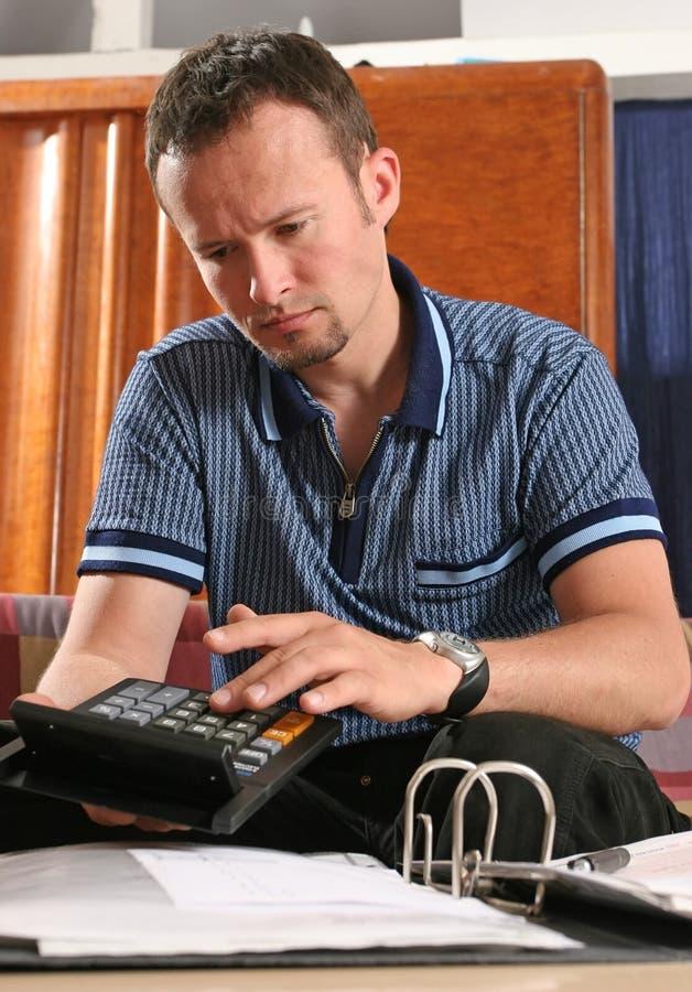 Homme avec la calculatrice photos libres de droits