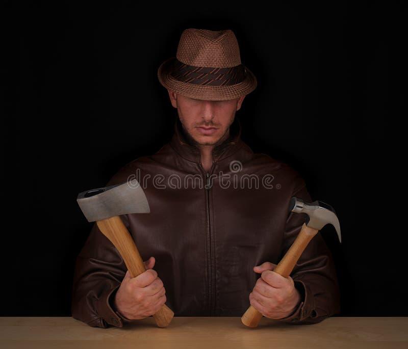 Homme avec la cognée et le marteau photo libre de droits
