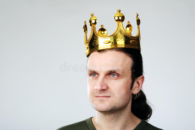Homme avec la couronne image stock