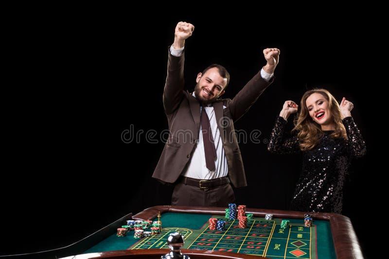 Homme avec la femme jouant la roulette au casino Dépendance au photos stock