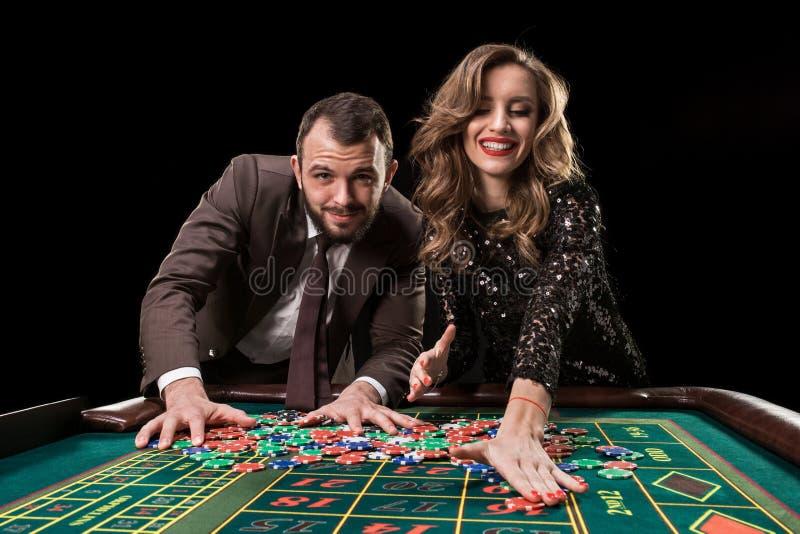 Homme avec la femme jouant la roulette au casino Dépendance au image libre de droits