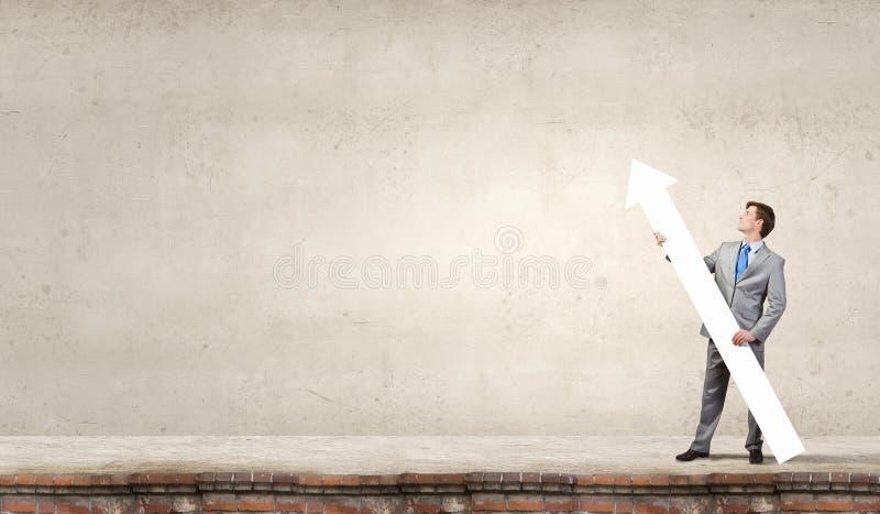 Download Homme Avec La Flèche Dans Des Ses Mains Photo stock - Image du sens, évaluation: 56481098