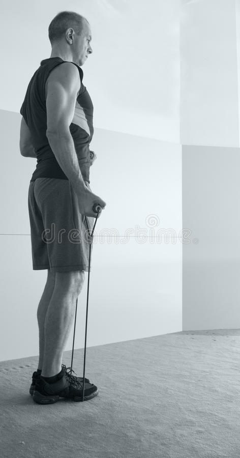 Homme avec la forme physique de corde de résistance images stock