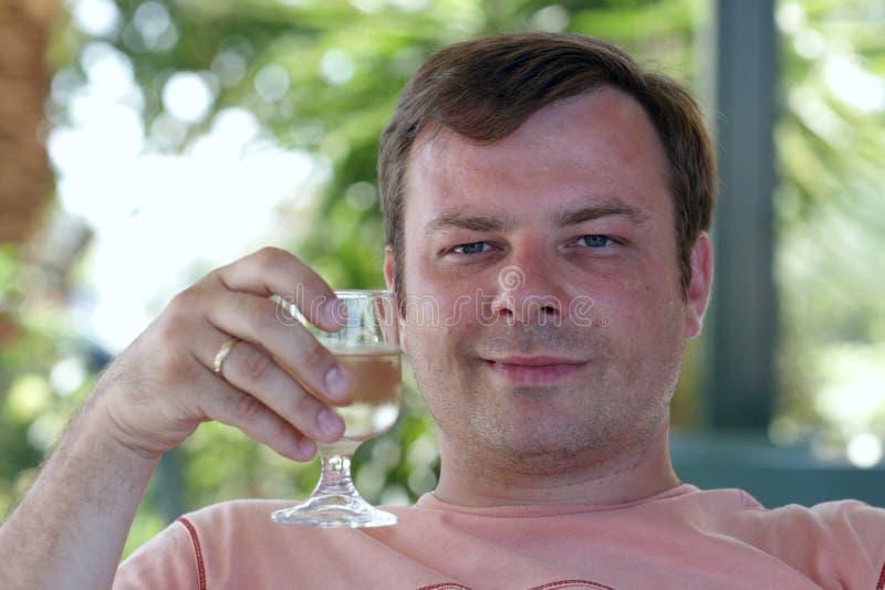 Homme avec la glace de vin blanc photo libre de droits