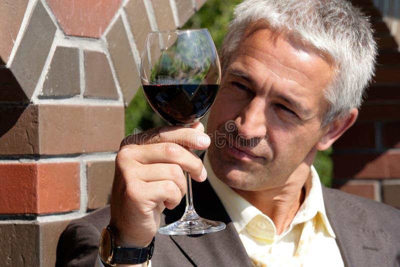 Homme avec la glace de vin rouge photos stock