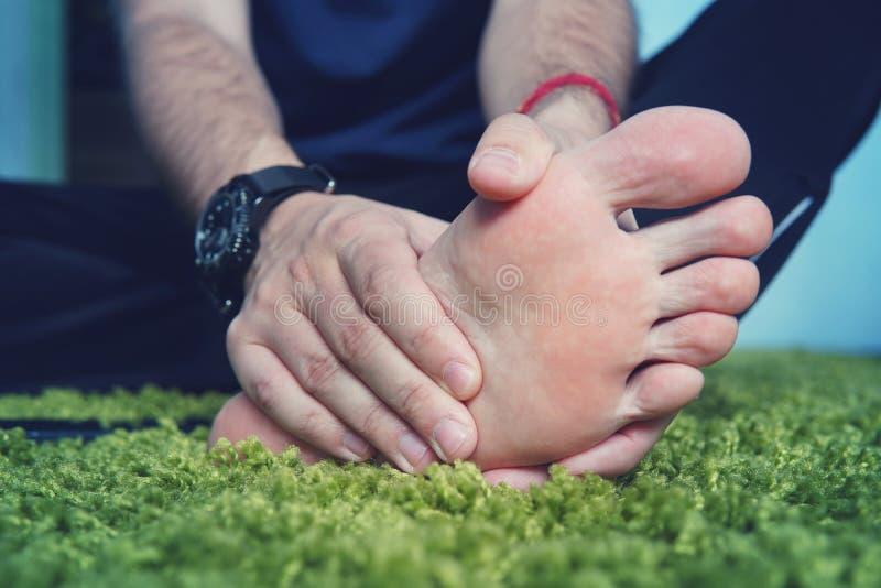 Homme avec la goutte douloureuse et enflammée sur son pied autour du secteur de gros orteil images libres de droits