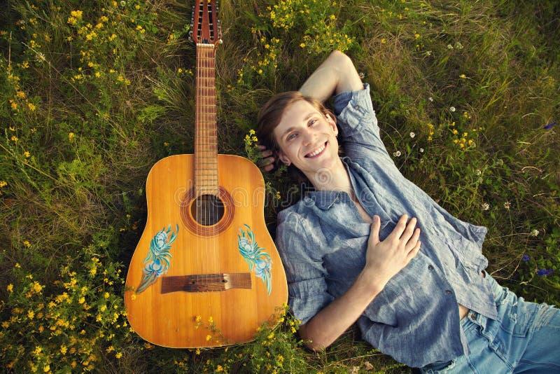 Homme avec la guitare acoustique photographie stock