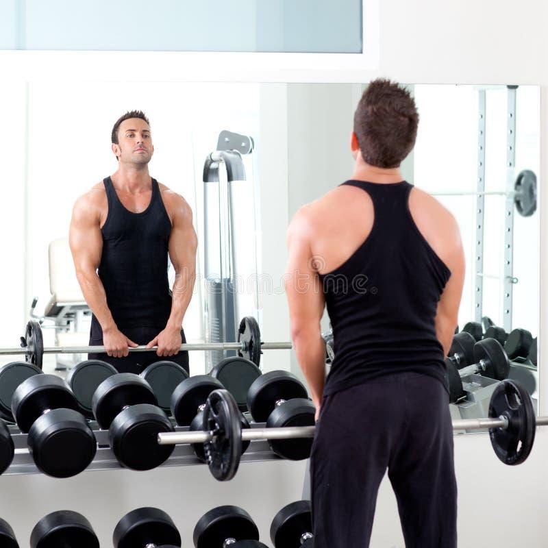 Homme avec la gymnastique de matériel de formation de poids d'haltère image libre de droits