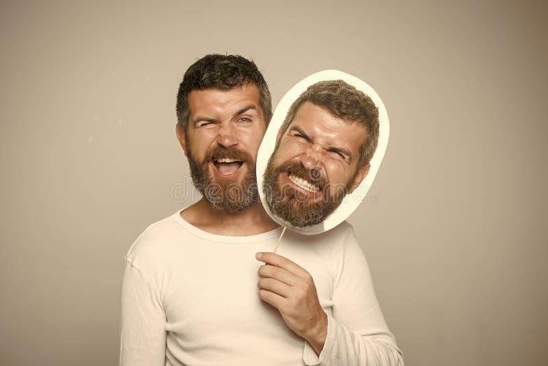 Homme avec la longue barbe sur cligner de l'oeil et la plaque signalétique fâchée de visage images stock