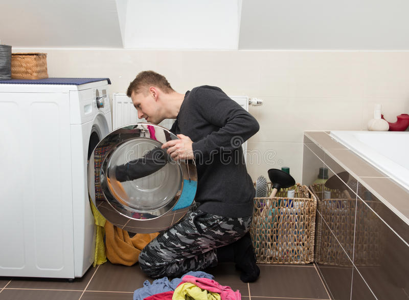 Homme avec la machine à laver photo stock