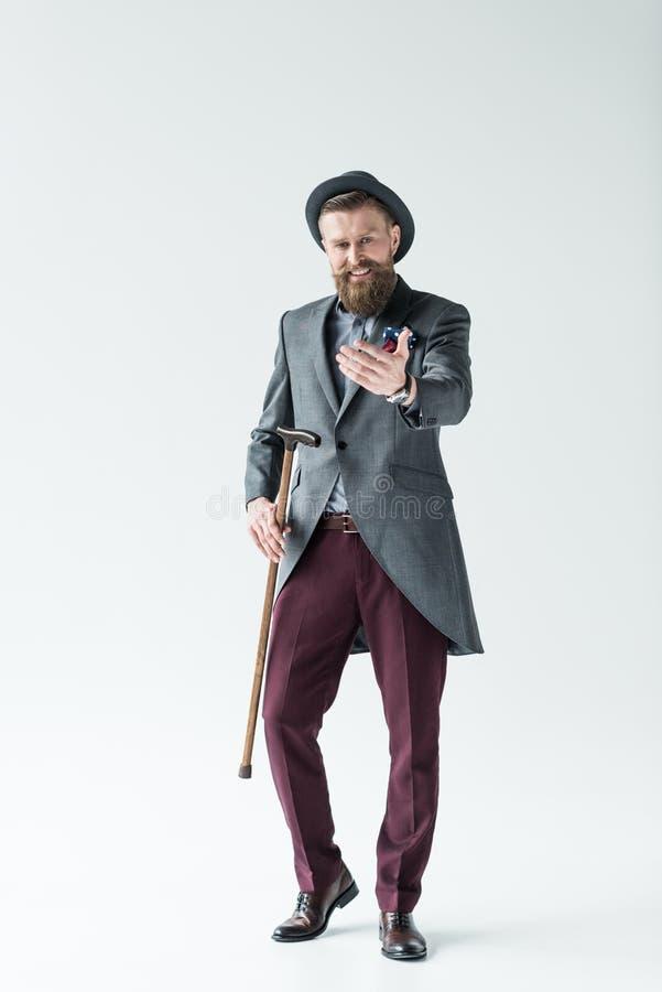 Homme avec la moustache de vintage et barbe tenant la canne et l'atteinte images libres de droits