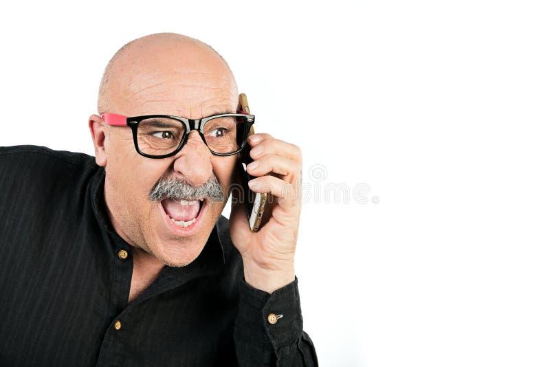 Homme avec la moustache parlant à son téléphone portable photographie stock