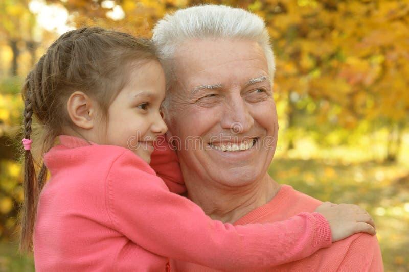 Homme avec la petite-fille en parc d'automne image libre de droits