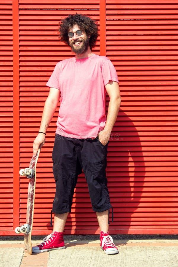 Homme avec la planche à roulettes photo libre de droits