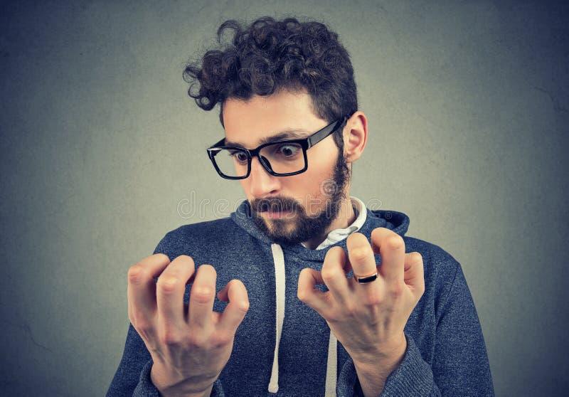 Homme avec la propreté l'explorant de désordre obsessionnel des mains photographie stock