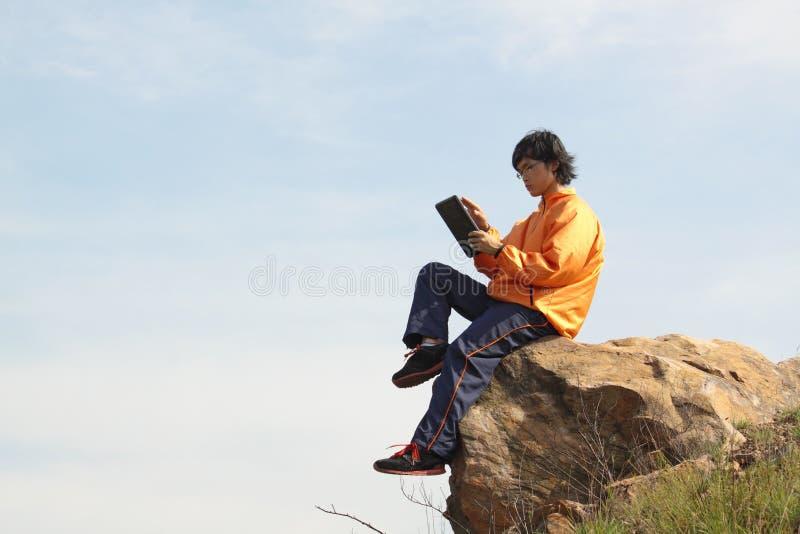 Homme avec la tablette photos stock