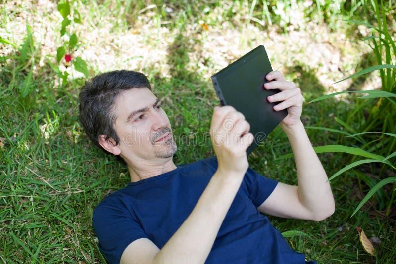 Download Homme avec la tablette image stock. Image du garniture - 87700943