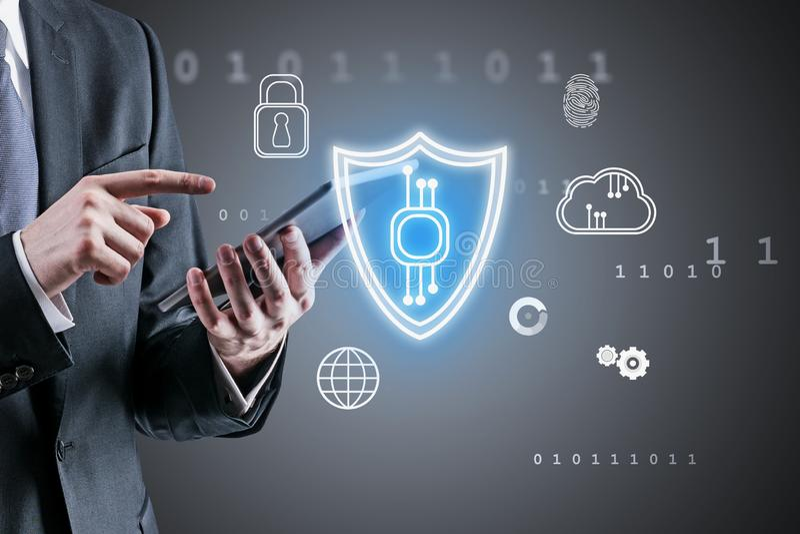 Homme avec la tablette, sécurité de cyber photographie stock
