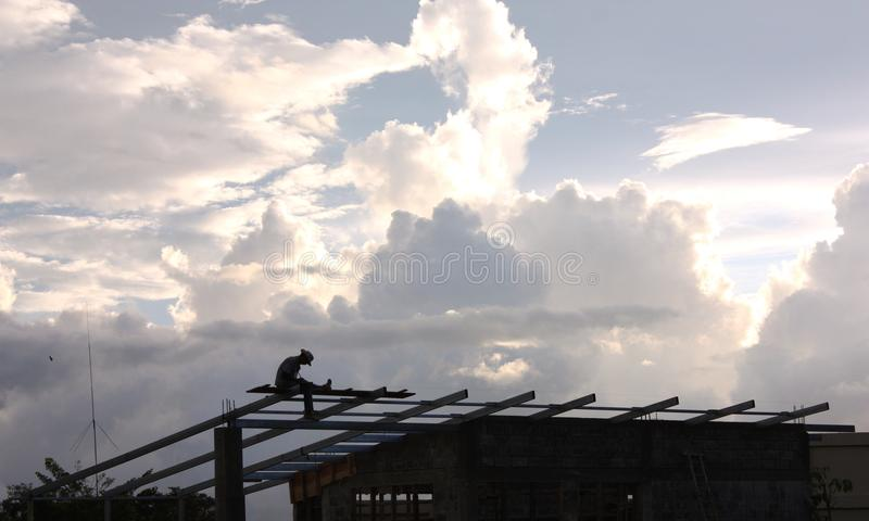 Homme avec le chapeau de cowboy sur la construction de bâtiments photos stock