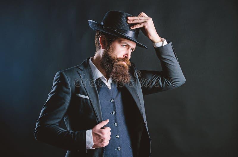 Homme avec le chapeau L'homme a bien toilett? le monsieur barbu sur le fond fonc? Mode masculine et v?tements d'homme R?tro chape image libre de droits
