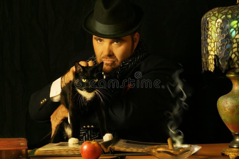 Homme avec le chat image stock