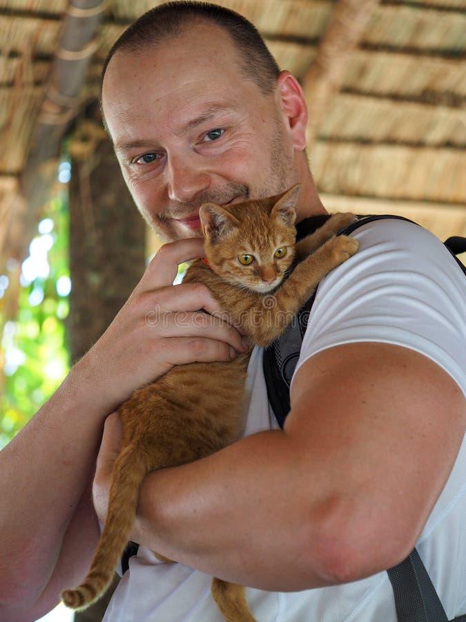 Homme avec le chaton image stock