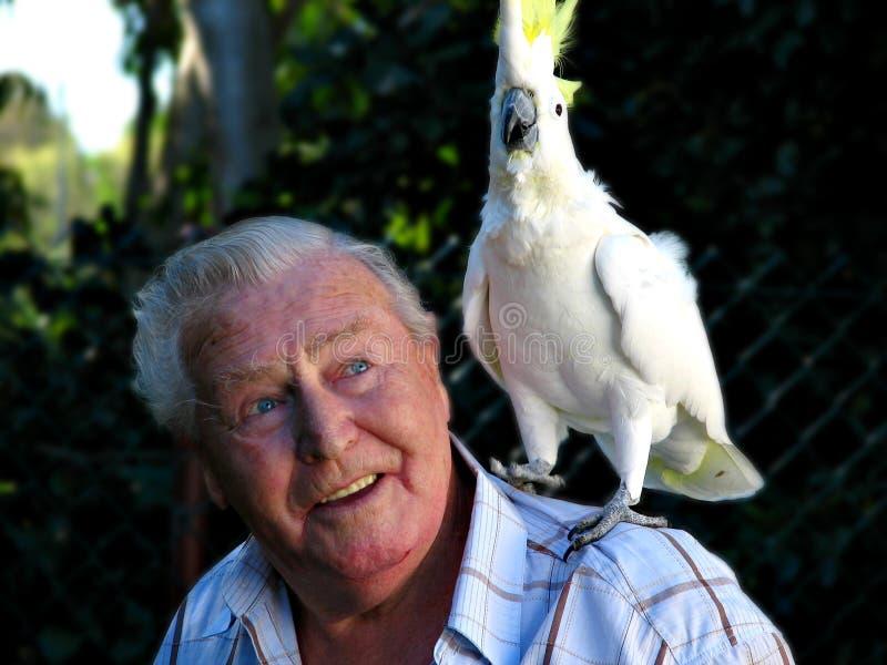 Homme avec le cockatoo d'animal familier photos libres de droits
