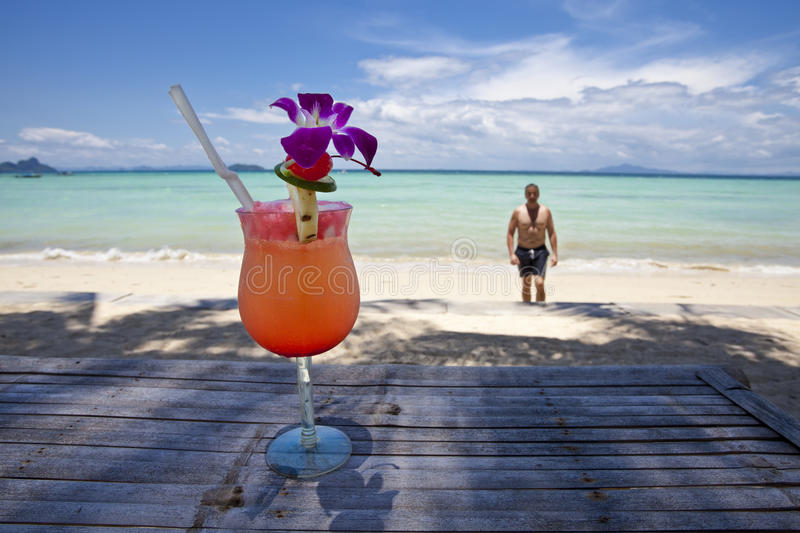 Homme avec le cocktail à la plage. photos stock