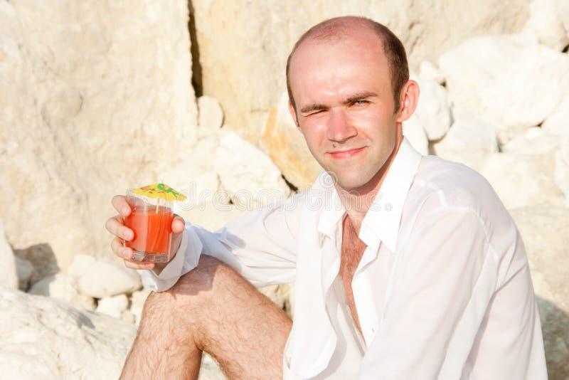 Homme avec le cocktail images stock