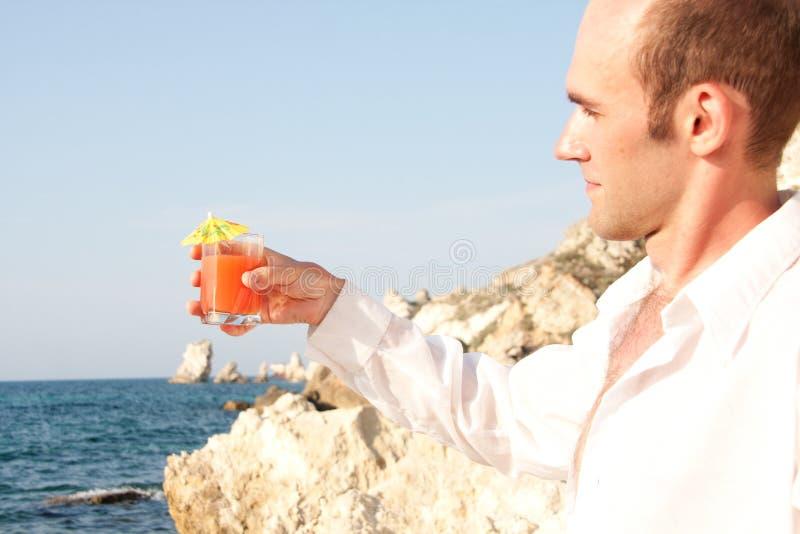 Homme avec le cocktail image libre de droits