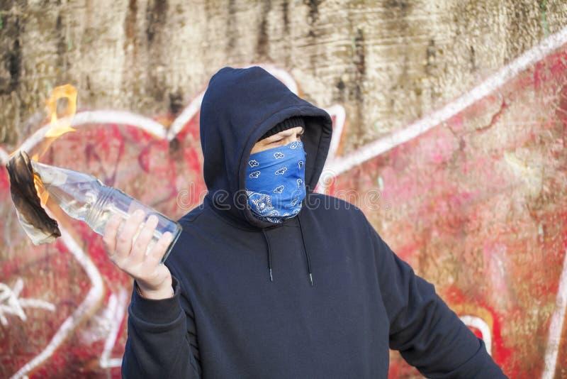 Homme avec le cocktail Molotov photos libres de droits