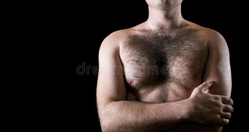 Homme avec le coffre velu d'isolement sur le fond noir pour le texte photographie stock