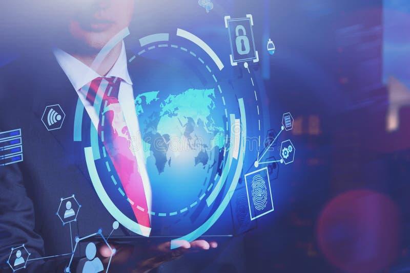 Homme avec le comprimé dans la ville, interface d'affaires globales photographie stock libre de droits