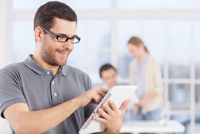 Homme avec le comprimé numérique. photos stock