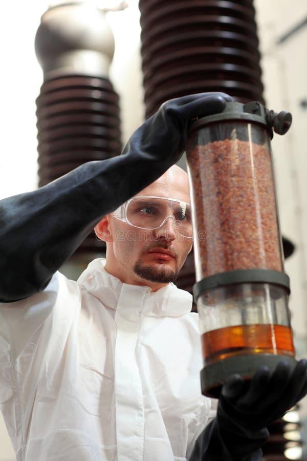Homme avec le conteneur industriel photographie stock