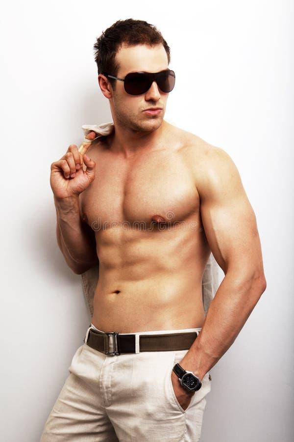 Homme avec le corps sexy posant la mode images libres de droits
