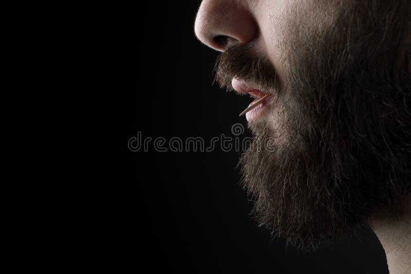 Homme avec le cure-dents image stock