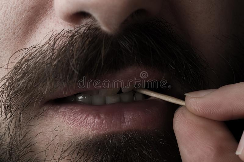 Homme avec le cure-dents images libres de droits