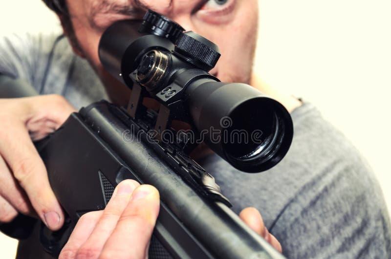 Homme avec le fusil pneumatique photos stock