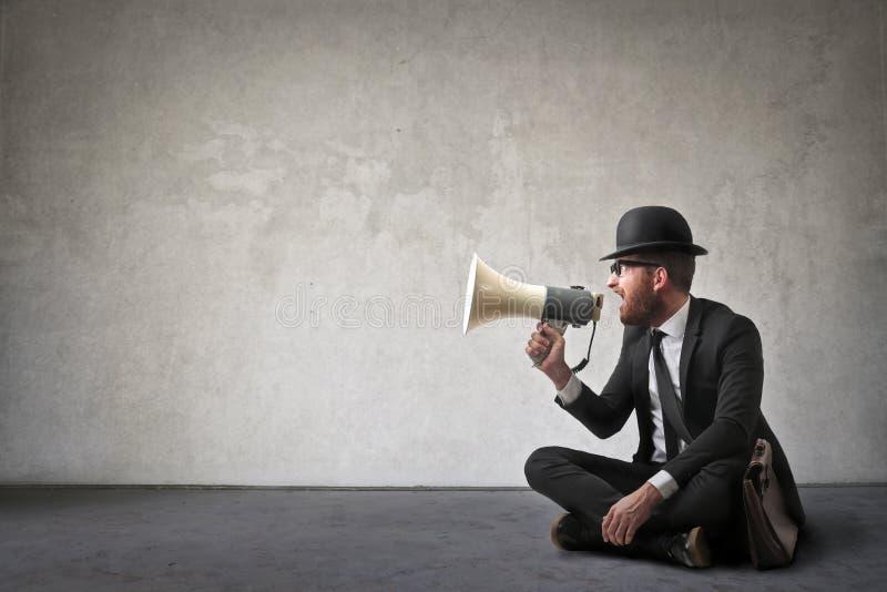 Homme avec le haut-parleur photographie stock libre de droits