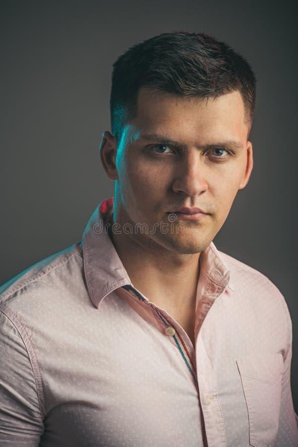 Homme avec le jeune visage sérieux Chemise à la mode d'usage macho Type beau avec les cheveux élégants Mode et style de la jeunes photo libre de droits