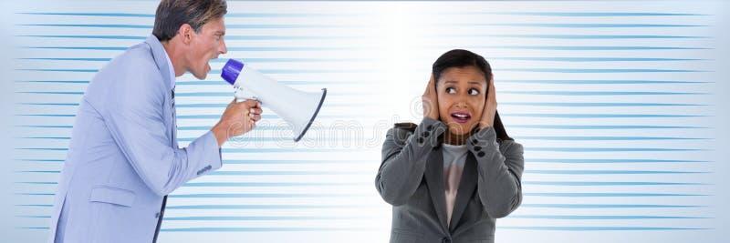 Homme avec le mégaphone criant à la femme image stock