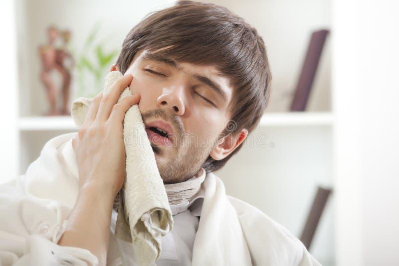Homme avec le mal de dents images stock